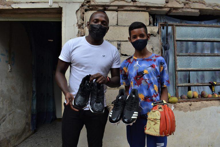 Joven carabobeño recibió implementos deportivos para continuar prácticas de béisbol