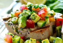 filetes de atún con salsa de aguacate