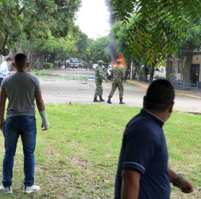 Estallan dos carros bombas dentro de batallón - Estallan dos carros bombas dentro de batallón