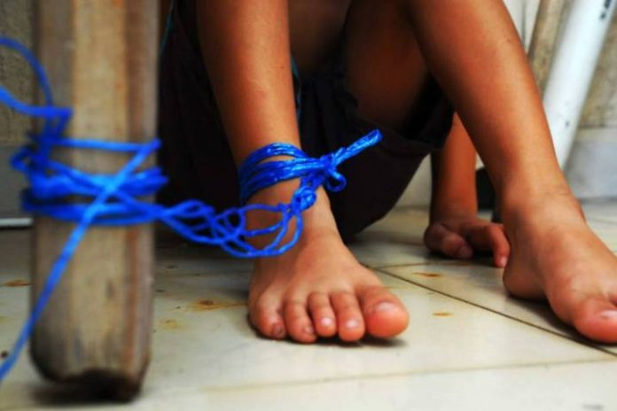 Rescatan a niño que era amarrado por sus padres - Rescatan a niño que era amarrado por sus padres