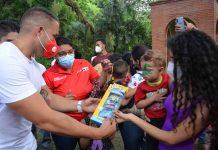 Alcalde Gutiérrez entregó juguetes