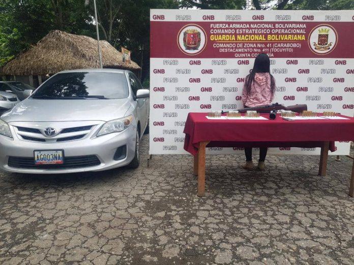 GNB Municipio Libertador Detuvieron a una mujer que portaba un rifle oculto en su vehículo