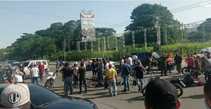 Naguanagua Dos personas en una moto impactados por unidad colectiva