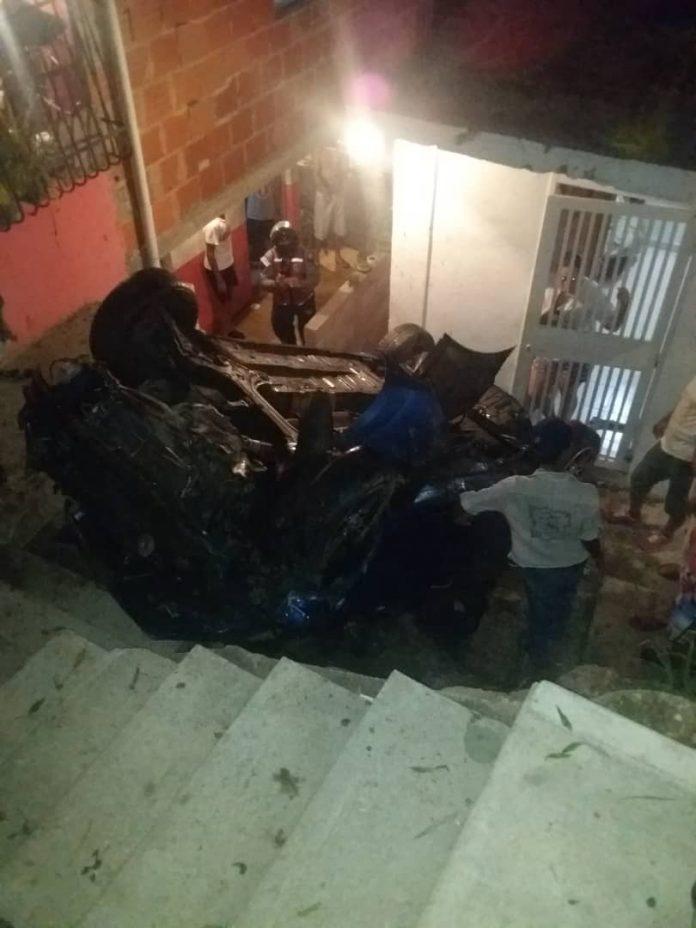 Vehículo cayó encima de vivienda - Vehículo cayó encima de vivienda