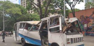 Árbol cayó sobre una unidad de transporte