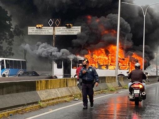 Autopista de Prados del Este - autobús en la Autopista de Prados del Este