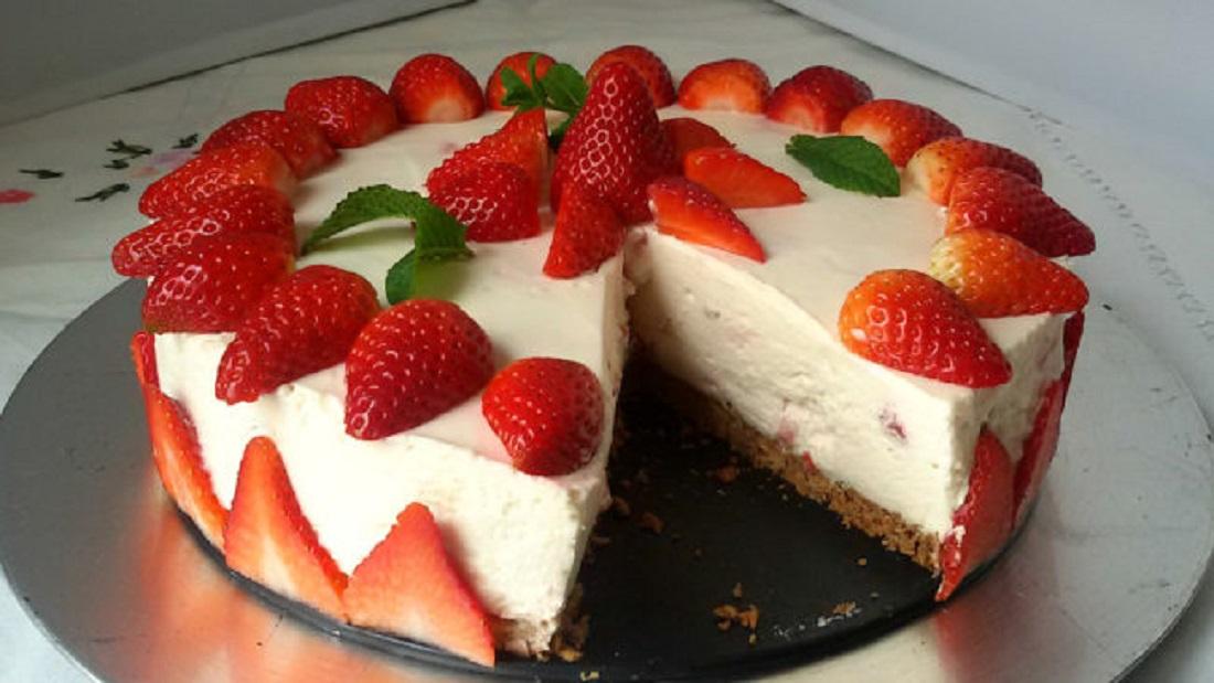 pastel relleno de crema y fresas - pastel relleno de crema y fresas