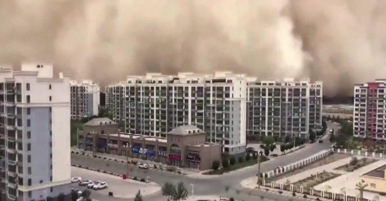 ¡Increíble! Tormenta de arena arropó a una ciudad en China