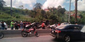 Vehículo se volcó en la autopista Prados del Este