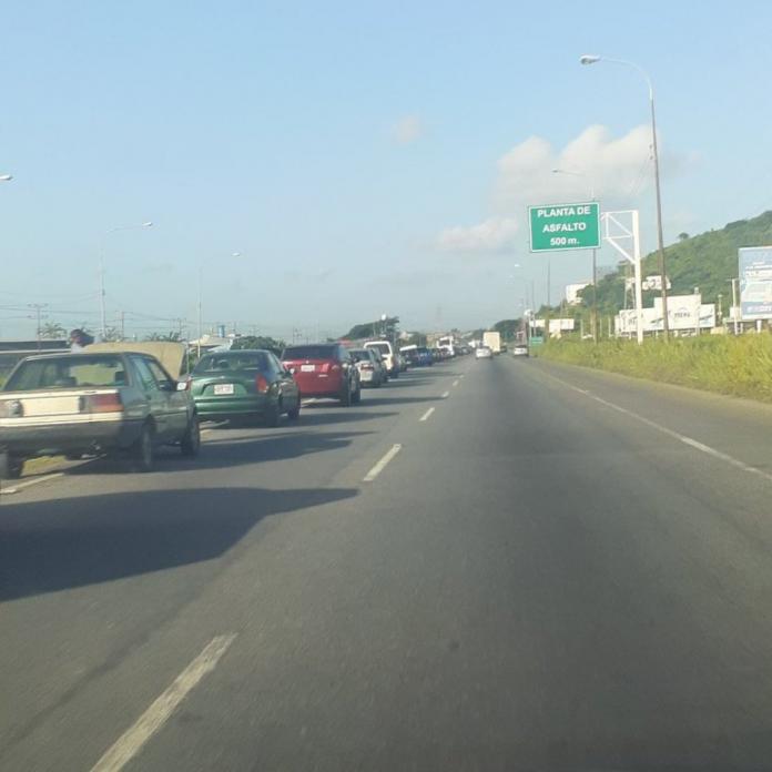 Reportaron largas colas de vehículos para surtir gasolina en la estación de servicio Bohío