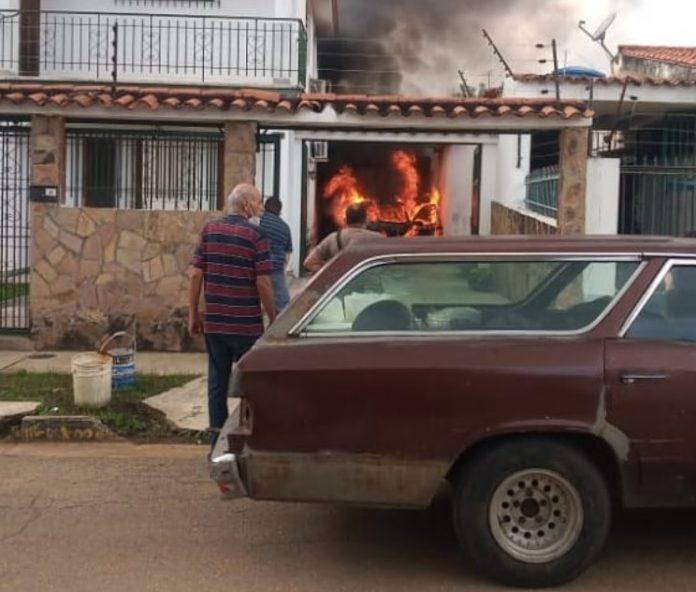 Vehículo se incendió dentro de una vivienda en el Trigal