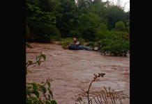 Vehículo fue arrastrado por crecida del río