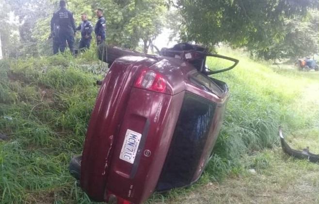 Sexagenario quedó herido tras volcar su vehículo en Naguanagua
