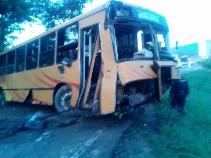 Autobús de pasajeros sufrió accidente al caer en el distribuidor Mañongo