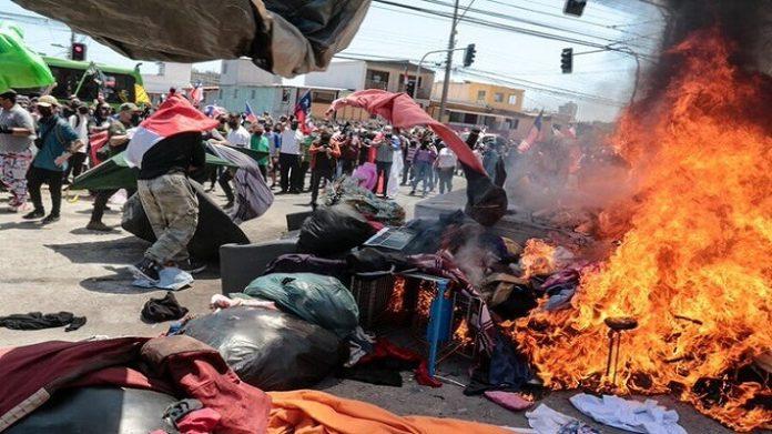 Chile Residentes de Iquique protestaron ante desalojo de familias de migrantes