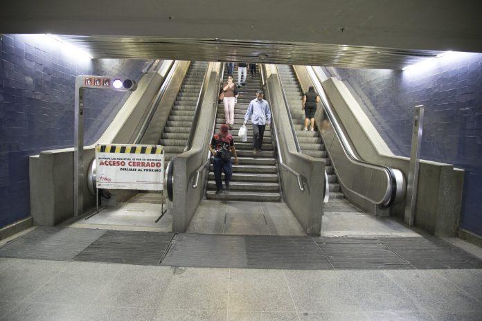 Usuario en silla de ruedas baja así escaleras - Usuario en silla de ruedas baja así escaleras