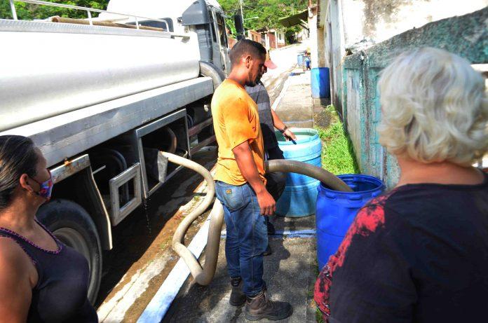 Distribuyen 30 mil litros de agua en González Plaza
