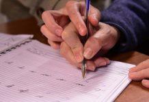 Bisnieta enseña a su abuela a estudiar - Bisnieta enseña a su abuela a estudiar