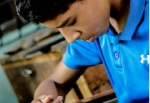 Adolescente venezolano hace chanclas - Adolescente venezolano hace chanclas