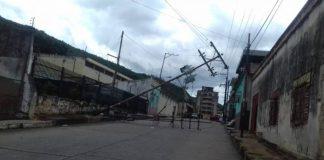 Poste eléctrico se cayó en el centro de Valencia y obstaculizó el paso