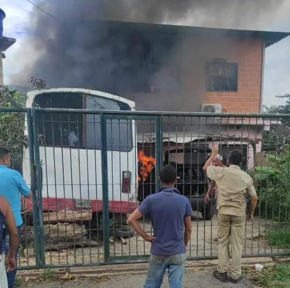 Incendio de vehículo en una vivienda
