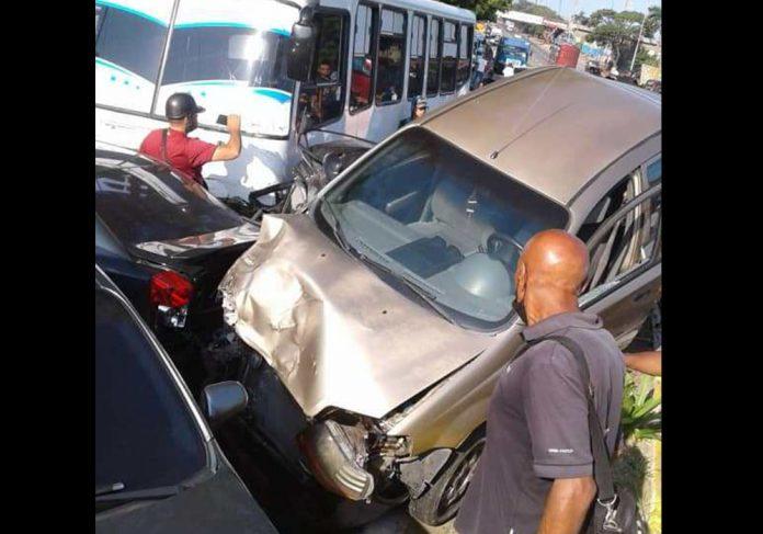 Autobús perdió los frenos y generó choque