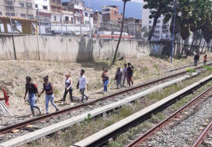 Usuarios del Metro de Caracas caminaron al lado de los rieles debido al bajó eléctrico