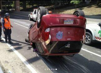 Vehículo volcó en la autopista Francisco Fajardo