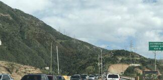 Vehículo se volcó en la autopista Caracas-La Guaira