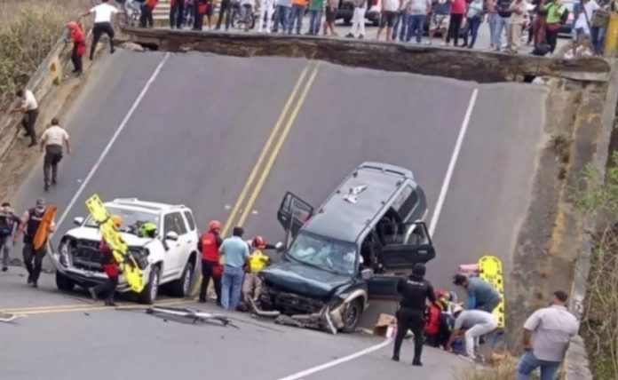 Derrumbe de un puente en Ecuador dejó tres heridos y tres vehículos atrapados
